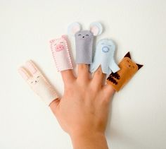I imagine these finger puppets aren't that hard to make but I bet they are doomed to get lost under a couch, in the backseat of the car or behind the washing machine. Felt Finger Puppets, Hand Puppets, Glove Puppets, Diy For Kids, Crafts For Kids, Craft Projects, Sewing Projects, Busy Bags, Craft Activities For Kids