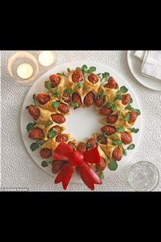 Mini Hot Dog Christmas Wreath by Annabel Karmel Christmas Nibbles, Christmas Buffet, Best Christmas Recipes, Christmas Party Food, Xmas Food, Christmas Appetizers, Christmas Cooking, Christmas Goodies, Christmas Treats