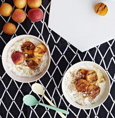 Grillissä paahtuneet aprikoosit tarjoillaan kanelilla ja manteleilla maustetun jugurtin kera.