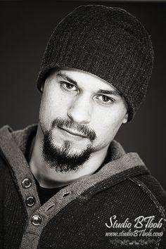 Shooting photo homme, portrait en studio noir et blanc.