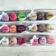 Começando a semana personalizando... Cada caixinha pensada especialmente para o convidado! #maymacarons #macarons #personalizado #casamento #padrinhos #nossasembalagens #personalizevocetambem