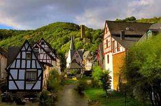 Monreal Eifel Duitsland. Een schilderachtig dorpje in de Vulkaaneifel