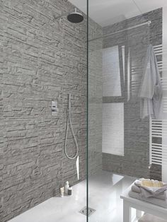 Confort et décoration dans la salle de bains. Lambris effet pierre, avec un beau relief et une couleur gris mate. #lambris #mur #déco #décoration #salledebains #pierre #parement #grosfillex