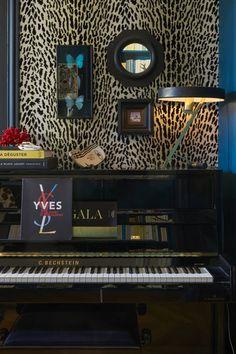 Du papier peint léopard au-dessus du piano Farrow Ball, Yves Laurent, Piano, Osborne And Little, Interior Styling, Interior Design, Home Decor, Chic