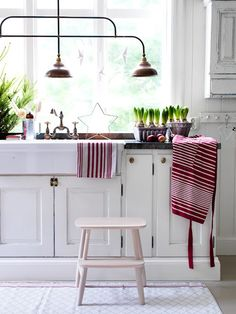 Kitchen in white with red (and green) accents. Nice touch for the holidays.