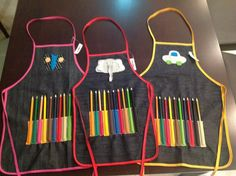 delantales infantiles de jean con accesorios Sewing Crafts, Sewing Projects, Halloween Arts And Crafts, Zipper Pouch Tutorial, Art For Kids, Crafts For Kids, Sewing Aprons, Art Party, Kids Bags