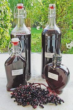 Elderberry liqueur - Liköre und Säfte - A-Z Finance Plan (For Life) Elderberry Liqueur, Elderberry Recipes, Cocktail Drinks, Cocktail Recipes, Diet Drinks, Alcoholic Drinks, Homemade Liquor, Ginger And Honey, Vegetable Drinks