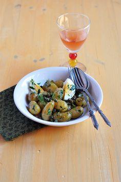 Recette d'une savoureuse salade de pommes de terre nouvelles avec des câpres, des cornichons, du persil et de l'aneth ainsi que des oeufs durs.