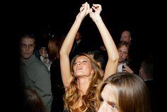 Party-Girl im Alleingang: Einfach mal alleine durch das Nachtleben ziehen – mit diesen Tricks klappt's