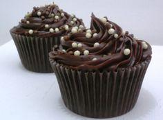 Cupcake de brigadeiro (recheado) - Veja como fazer em: http://cybercook.com.br/receita-de-cupcake-de-brigadeiro-recheado-r-12-16939.html?pinterest-rec