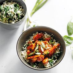 Kleverige kip met rijst en spinazie, uit het kookboek 'Kom & Vork' van Willy Faes. Kijk voor de bereidingswijze op okokorecepten.nl.