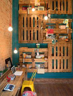 Vários pallets podem formar um home office rústico e elegante! Seja criativo na hora de compor o ambiente com a sua cara ;)