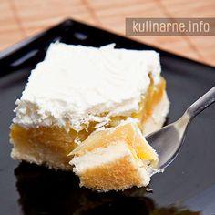 Bardzo smaczne, delikatne ciasto znane również pod nazwą torcik piastowski. Na pewno zadowoli zarówno wielbicieli ciast z jabłkami, jak i fanów bitej śmietany.