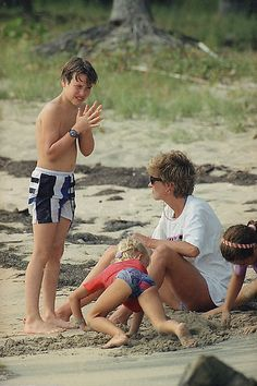 January Prince William, son of Princess Diana, reacts as his mom adjusts the strap of his diving mask on Banana Bay Beach in St. Kitts, West Indies on 04 Jan during Caribbean vacation. Princess Diana Family, Princes Diana, Prince And Princess, Princess Of Wales, Princess Kate, Prince Harry, Prince Charles, Prince William And Kate, Diana Son