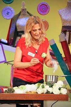 Le rose di stoffa di Anna Borrelli - Detto fatto 10/12/14 La ricetta segreta per indurire la stoffa e realizzare bellissime rose.