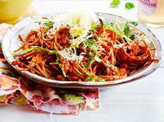 Unser beliebtes Rezept für Spaghetti mit Paprika-Erdnuss-Soße und mehr als 55.000 weitere kostenlose Rezepte auf LECKER.de.