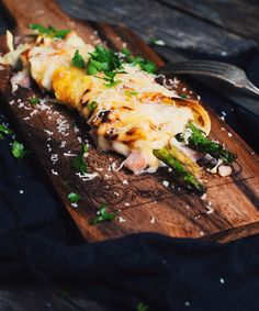 Crepes gratin with asparagus and ham bechamel sauce - Le Coup de Grâce Italian Spices, Bechamel Sauce, Asparagus Recipe, Cheddar Cheese, Crepes, Vegetable Recipes, Steak, Brunch, Yummy Food