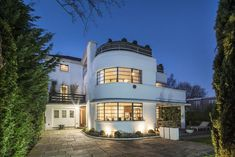 Ernst L Freud art deco house in Hampstead Garden Suburb, London back on the market We spotted this one for sale almost two years ago. Now the Ernst L Freud-designed art deco property in Hampstead Garden Suburb, London is back, with a lower asking price. Modern Architecture House, Beautiful Architecture, Architecture Design, Deco House, Streamline Moderne, Art Deco Buildings, Decoration, House Design, Hampstead House