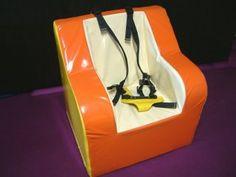Sterke met Bisonyl beklede zachte stoel met een vlakke rugleuning. De zitting is vlak en licht hellend. Deze stoel is gemaakt van massief polyetherschuim en bev
