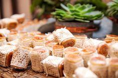 Casamento na praia - decoração tropical rustico chic - bolo de rolo ( Foto: Mel e Cleber | Decoração: Congrega Bahia )