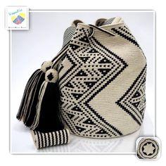 7 отметок «Нравится», 1 комментариев — Wayuu Bags &Bikini etc. (@wayuukiss) в Instagram: «Wayuu bag one strand รุ่น ชนกลุ่มดั้งเดิมที่มี skill สูง ⭕️Sold out⭕️ •ฐาน 9นิ้ว สูง 10.5นิ้ว…» Tapestry Bag, Tapestry Crochet, My Bags, Purses And Bags, Mochila Crochet, Handbag Patterns, Crochet Purses, Filet Crochet, Crochet Accessories