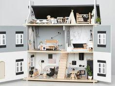 Las casas de muñecas son fascinantes: las miniaturas, los detalles, las pequeñas habitaciones con camas y escusados diminutos... Las ideas de esta lista hará que te den ganas de fabricar tu propia casa de muñecas (o de comprarla, si el DIY no es lo tuyo).