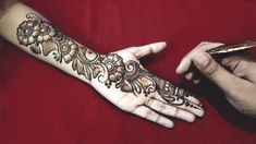 These stuning simple mehndi designs will suits you on every occassion. In Indian culture, mehndi is very important. On every auspicious occasion, women apply mehndi to show the importance of the occasion. Henna Hand Designs, Eid Mehndi Designs, Beautiful Arabic Mehndi Designs, Legs Mehndi Design, Arabic Henna Designs, Mehndi Designs For Beginners, Mehndi Style, Wedding Mehndi Designs, Mehndi Design Images
