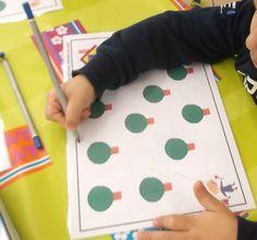 Un petit exercice pour apprendre à coordonner sa main et son oeil.      Les fiches sont plastifiés et...