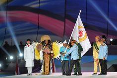 Papua akan menjadi tuan rumah PON XX pada 2020 mendatang. Secara resmi, bendera PON diserahkan ke Gubernur Papua Lukas Enembe. #PON2016
