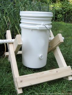 Gardening Composting Homemade compost bin tumbler - A diy compost tumbler turn organic waste such as food, sawdus and yard clipping into finished compos Compost Barrel, Garden Compost, Permaculture, Organic Gardening, Gardening Tips, Bucket Gardening, Compost Bucket, Organic Compost, Hydroponic Gardening