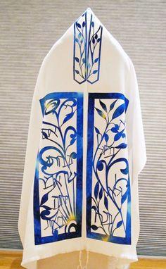 Wrap us up, Lord in your sweet presence. Jewish Crafts, Jewish Art, Arte Judaica, Hebrew Prayers, Yarn Twist, Art Studio Design, Yosemite Wedding, Prayer Shawl, Bar Mitzvah