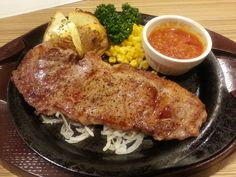 プレミアムリブロースステーキ [ガーリックソース/醤油ソース] ¥1,048「リブロース」最も厚みのあるロース部分で、霜降りになりやすい部位。きめが細かく肉質も上質。ステーキなど、肉そのものを味わう料理に最適。