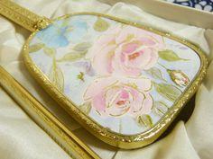 Gold tone pastel pink and blue roses dressing table vanity set in original box - French 60s vintage / Ensemble coiffeuse kitsch métal doré fleurs rose bleu pastel - vintage années 60