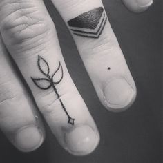 Oh i love finger tattoos soo badly.♡♥♡ but finger hurt soo much :/♡♥♡ Finger Tattoos, Hand Tattoos, Arrow Tattoo Finger, Finger Tattoo For Women, Knuckle Tattoos, Feather Tattoos, Life Tattoos, Body Art Tattoos, New Tattoos