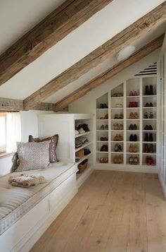 Onder het lage gedeelte van het schuine dak, kun je heel goed een inloopgarderobekast (met zitje!) maken.