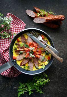Kulinarne przygody Gatity - przepisy pełne smaku: Omlet z kiełbasą podwawelską i świeżymi ziołami