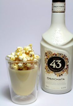 How fantastic does this white chocolate mousse with Licor 43 Orochata and salted caramel popcorn sound? Very fantastic! Köstliche Desserts, Chocolate Desserts, Delicious Desserts, Cake Chocolate, Dutch Recipes, Sweet Recipes, Snack Recipes, Salted Caramel Popcorn, Caramel Cheesecake