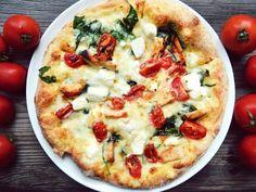 poivre, purée, huile d'olive, crème fraîche liquide, sel, olive noire, herbes de provence, gruyère râpé, basilic, pâte à pizza, feta
