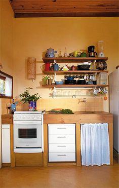 Há quem goste e quem odeie a ideia de, ao invés de armários fechados, haver só prateleiras na cozinha, permitindo ver tudo que há. Fora o gosto pessoal de cada um, há prós e contras.