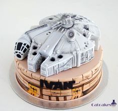 The Awesome Star Wars Birthday Cake features the Millennium Falcon Flying Over Mos Eisley. Star Wars Party, Star Wars Birthday Cake, Geek Birthday, Star Wars Film, Star Wars Essen, Star Trek Cake, Aniversario Star Wars, Fantasy Cake, Millenium Falcon