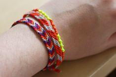comment faire un bracelet brésilien chevron ... Bracelet Chevron, Cute Crafts, Diy And Crafts, Hemp Crafts, Macrame Bracelets, Bracelet Tutorial, Easy Diy, Simple Diy, Friendship Bracelets