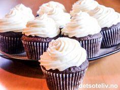 Det er endelig helg og absolutt lov til å kose seg litt ekstra:-) Hva er vel da bedre enn en skikkelig myk og deilig sjokoladecupcake!!! Kremen på toppen inneholder både kremost og hvit sjokolade og smaker helt HIMMELSK! Oppskriften gir 12 stk.