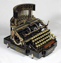 eski bir daktilo - North's Typewriter Manufacturing Company (Ltd) Hatton Garden, Londra Vintage Glam, Vintage Love, Vintage Decor, Vintage Antiques, Vintage Items, Vintage Office, Vintage Shops, Typewriter Machine, Old Houses