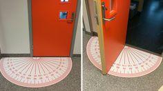 KONKRET: Dørmatten under døren er en gradskive. Etter at trykkeriet publiserte disse bildene på sosiale medier har de fått henvendelser fra inn- og utland. FOTO: THURE TRYKK