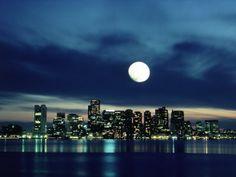 boston-skyline-reflecting-in-harbor-with-full-moon.jpg 400×300 píxeles