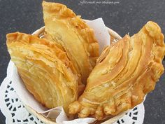 Curry puff ( It is a small deep-fried pie consisting of specialised curry with chicken and potatoes ) is a very common snack in Malaysia. Malaysian Cuisine, Malaysian Food, Malaysian Curry, Malaysian Recipes, Turkish Recipes, Indian Food Recipes, Curry Puff Recipe, Puff And Pie, Malay Food