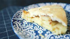 Летом свежие фрукты находятся в свободном доступе, а значит пришло время готовить яблочный пирог. Для приготовления вам понадобятся:   – мука 300г. – масло 200г. – сахар 100 г. – желток 3 шт. – яблоки 5 шт. – корица (по вкусу) – белки 3 шт. – ванилин 5г. – щепотка соли   Смотрите обу