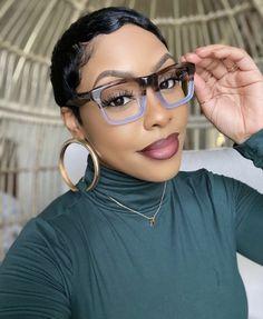 Funky Glasses, Cute Glasses, Glasses Frames, Cute Haircuts, Fashion Eye Glasses, Vetement Fashion, Sassy Hair, Wearing Glasses, Cute Cuts