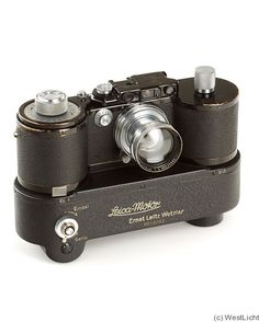 Vintage Camera No camera in history has influenced photography as we know it as much as the Leica has. Not only was it the Leica that established . Antique Cameras, Vintage Cameras, Foto Fun, Classic Camera, Camera Obscura, Photography Camera, Photography Business, Camera Gear, Photography Equipment