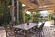 protection-solaire-pergola-bois-table-manger-chaise-terrasse